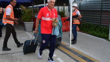 El técnico Julio Avelino Comesaña tras llegar a Barranquilla luego del partido en Bucaramanga.