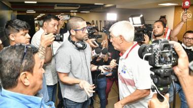 Julio Avelino Comesaña en medio de su discusión con algunos periodistas.