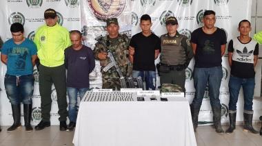 En un operativo conjunto de la Policía y el Ejército fueron detenidos los presuntos delincuentes.