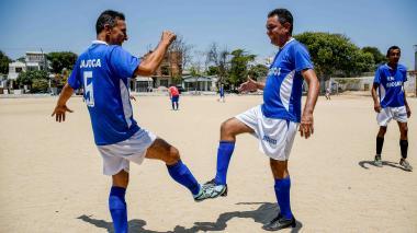 Cambia el saludo, pero el fútbol sigue en los barrios a pesar del coronavirus