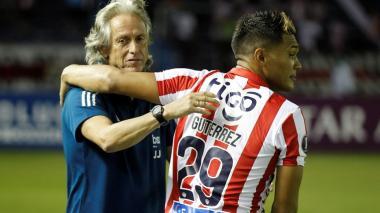 Jorge Jesus se abrazó con Teófilo Gutiérrez antes y después del juego entre Junior y Palmeiras.