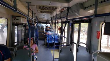 Un bus del sistema de transporte masivo transporta pocos pasajeros.