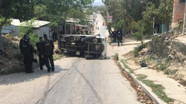 Saquean camión de gaseosa que se volcó en una loma de Carrizal