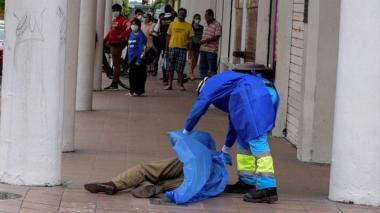 Ecuador contrata 120 médicos para Guayaquil y sigue recolectando cadáveres