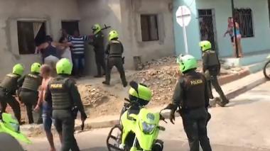 En video | Piedras, golpes y disparos en enfrentamiento entre policías y comunidad