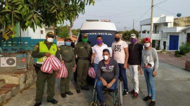 Jóvenes entregan mercados y tapabocas a familias del barrio Chiquinquirá
