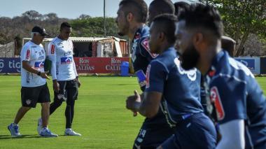 Amaranto Perea escucha atentamente a Julio Comesaña en uno de los entrenamientos de Junior este año.