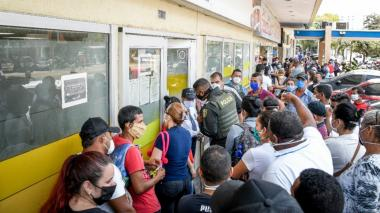 Cobros de ingreso solidario del DNP generan aglomeraciones en bancos de Barranquilla