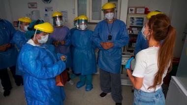 La primera Dama del Distrito, Silvana Puello, entrega el regalo a un grupo de médicos.