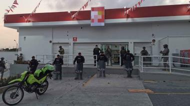 Policía custodia un supermercado.