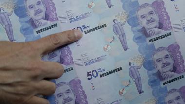 Dólar pierde terreno frente al peso y cierra a $3.851