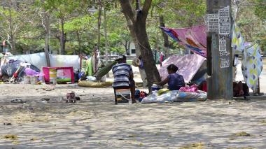 Un grupo de migrantes habitan en cambuches cerca al estadio Metropolitano.