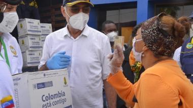 Una ciudadana venezolana habla con el alcalde William Dau tras recibir la ayuda del Gobierno Nacional.