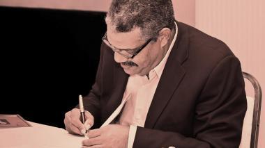 El poeta en una firma de libros.