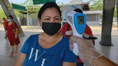 Secretaría de Salud toma temperatura a usuarios de Transmetro