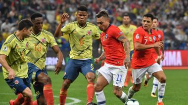 Acción de un partido entre la selección Colombia y Chile.