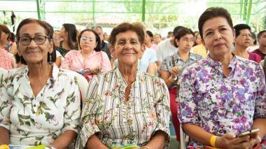 Personas en edad de pensionarse en un evento realizado antes de la pandemia.