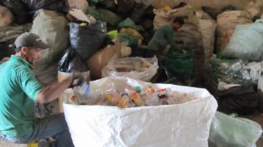 Empresas de bebidas entregarán 1.100 bonos de mercado a recicladores