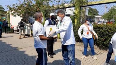 David Múnera, secretario del Interior de Cartagena, entrega ayuda humanitaria a un ciudadano de Venezuela.