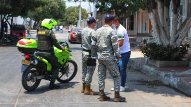 Miembros del Ejército y la Policía verifican el cumplimiento de la medida de aislamiento por parte de un ciudadano.