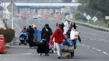 Un grupo de migrantes venezolanos en Bogotá iniciando la travesía hacia la frontera con el vecino país.