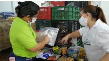 La secretaria de Educación de Magangué, Katia Soto, verifica la entrega de los PAE.