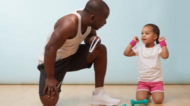 Expertos recomiendan a los padres plantearles a sus hijos el ejercicio como un juego. Así se divierten e incluso compiten.
