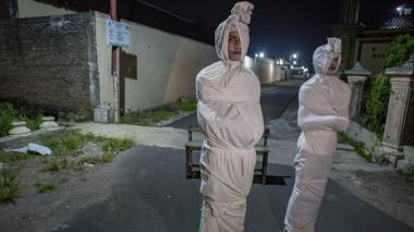Con 'fantasmas' asustan a la gente en Indonesia para que no salga por la pandemia