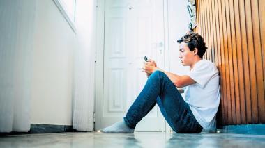 Los padres pueden negociar una rutina y permitir que el joven se conecte con sus amigos para que no descuide su interacción social y acepte de mejor forma el confinamiento obligatorio por el coronavirus.