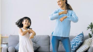 El baile es una actividad acertada para practicar con los hijos por estos días ya que los mantiene activos