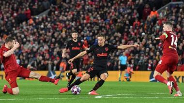 Marcos Llorente marca el primero de sus dos goles en Anfield para ayudar al Atlético de Madrid a llegar a cuarto de final en la Liga de Campeones.
