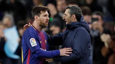 El astro argentino Lionel Messi junto al entrenador Ernesto Valverde.