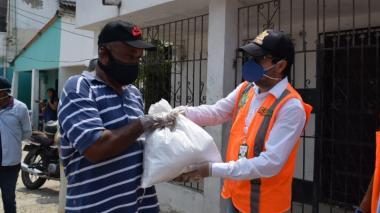 Ausberto Coneo Caicedo, gerente de Espacio Público, entrega uno de los mercados.