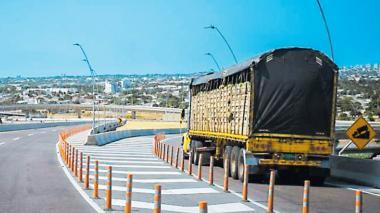 Un camión transita por el puente Pumarej