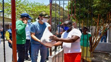 El alcalde Jaime Pumarejo durante la entrega de los auxilios alimentarios.