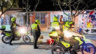 Varios Policía vigilan el cumplimiento de la medida de Pico y Cédula en Soledad.