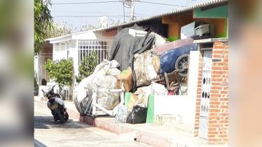 Quejas por acumulación de basuras en una vivienda de Villas de San Pablo