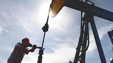 El barril WTI retrocede un 3,4 % en una jornada volátil
