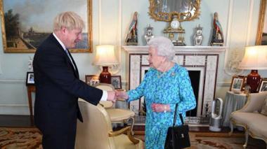 Isabel II envía un mensaje de felicitación a Johnson por su nueva paternidad