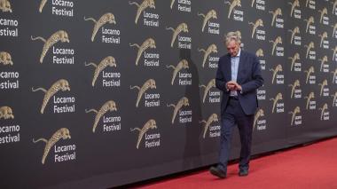 El presidente del Festival de cine de Locarno, Marco Solari, recorre la alfombra roja de la Plaza Grande durante la 72 edición del Festival Internacional de Cine de Locarno, en Suiza.