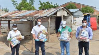 El gobernador Luis Monsalvo en el municipio de Bosconia durante la entrega de 1.000 de los más de 7.000 mercados enviados por el Gobierno Nacional.