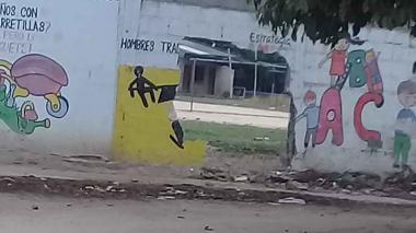 La pared fue violentada para cometer el hurto de varios mercados.