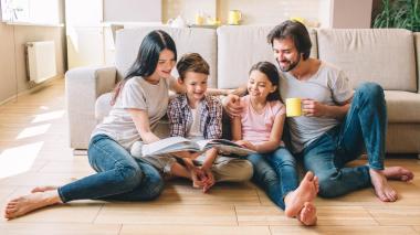 La casa es en la mayoría de los casos el lugar donde los niños conocen sus primeras lecturas. Leer en familia siempre traerá beneficios.