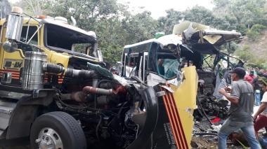 Fuerte choque de 'mula' con bus intermunicipal en la Troncal del Caribe
