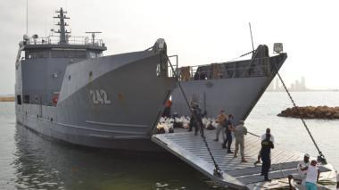 El buque de la Armada de Colombia en la entrega de alimentos en la zona insular de Cartagena.