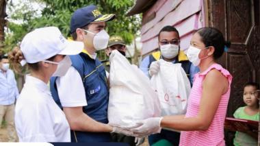 El gobernador Blel, con apoyo de la Armada, la Secretaría de la Mujer, la Federación de Departamentos, la Vicepresidencia y la Unidad Nacional de Riesgo entregaron kits alimenticios en os municipios de Villanueva y San Estanislao de Kostka.