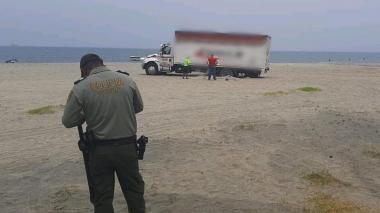 Multan a chofer por estacionar su vehículo en la playa de Bello Horizonte