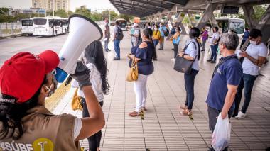 En video | Usuarios de Transmetro acatan nuevas medidas de distanciamiento