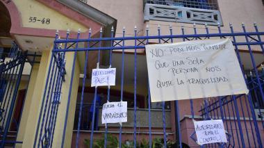 Los vecinos decidieron pegar carteles a lo largo de la fachada del conjunto con mensajes en rechazo a la supuesta actitud de la residente.