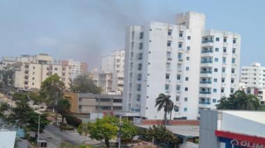 Bomberos controlan incendio en un edificio en el norte de Barranquilla